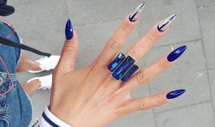 Синий прозрачный маникюр на длинных ногтях