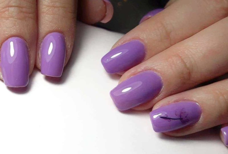 Сиреневый маникюр с цветами на средние ногти