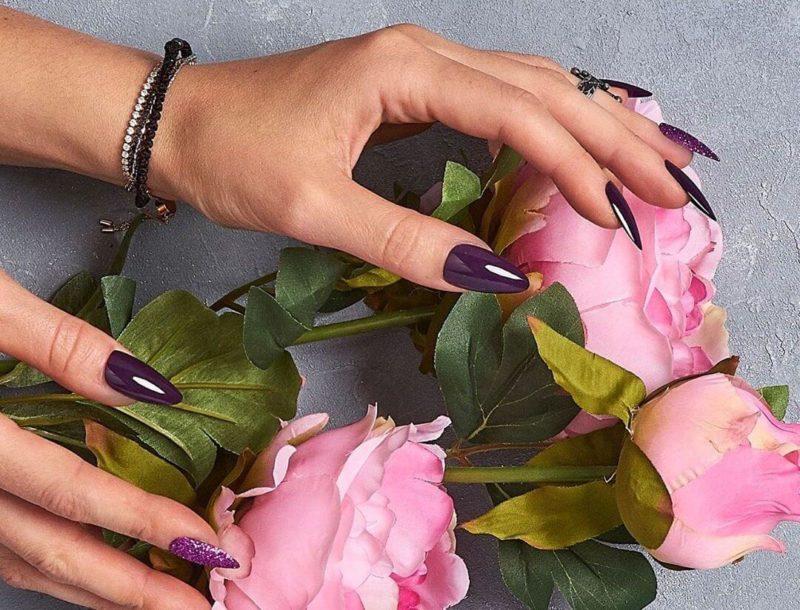 Темный сливовый дизайн на длинных ногтях
