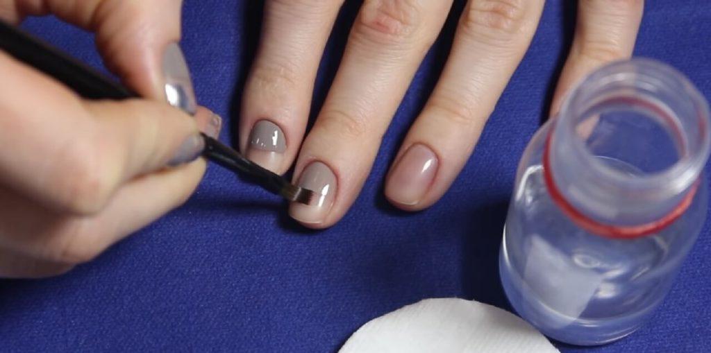 Нанести лак на половину ногтевой поверхности плоской кистью