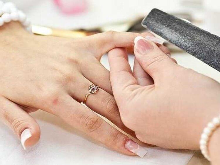 Спиливание областей ногтя пораженных грибком пилкой