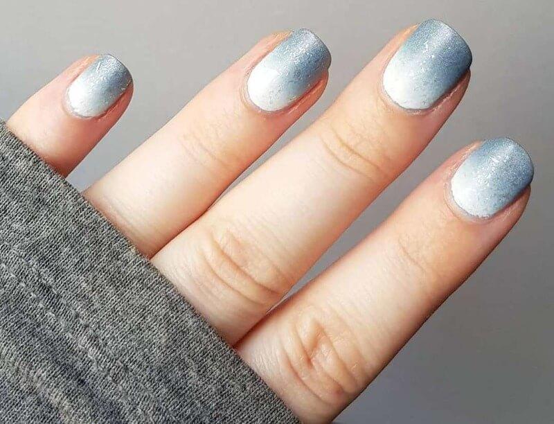 Нежный синий градиент на короткие ногти