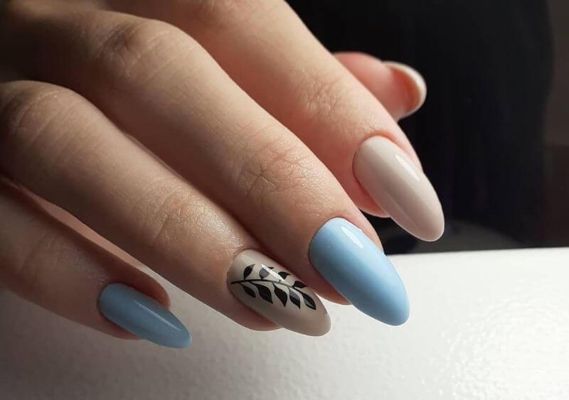 Голубой маникюр с веточкой