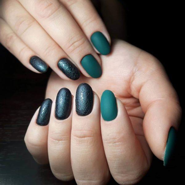 Темно-зеленый пузырьковый маникюр
