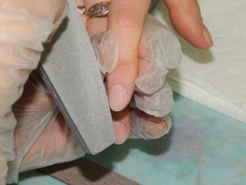 3. Шлифовка верхнего слоя ногтевой пластины