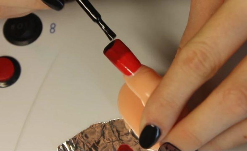 Шаг 3 - наносим темный цвет на край ногтя