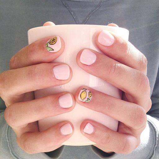 Розовый школьный маникюр на короткие ногти