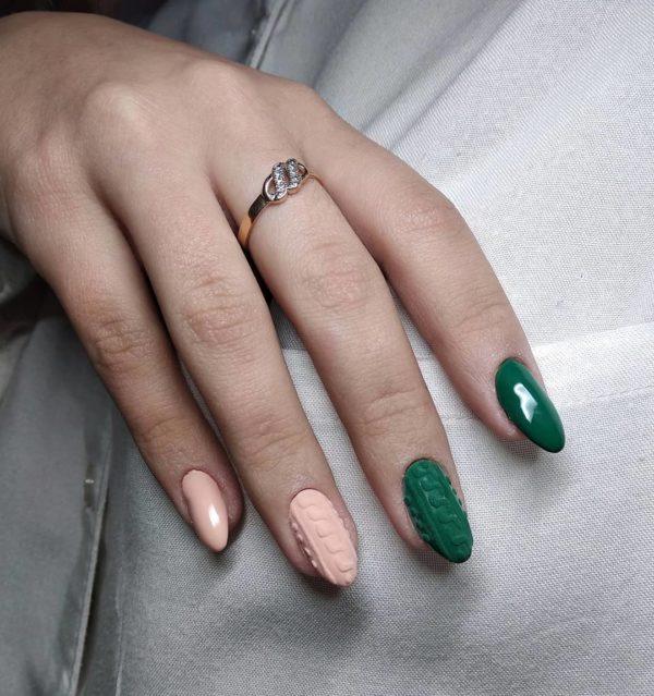 Розово-зеленый вязаный маникюр