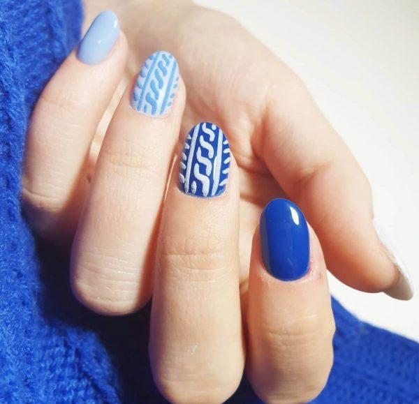 Синий вязаный маникюр