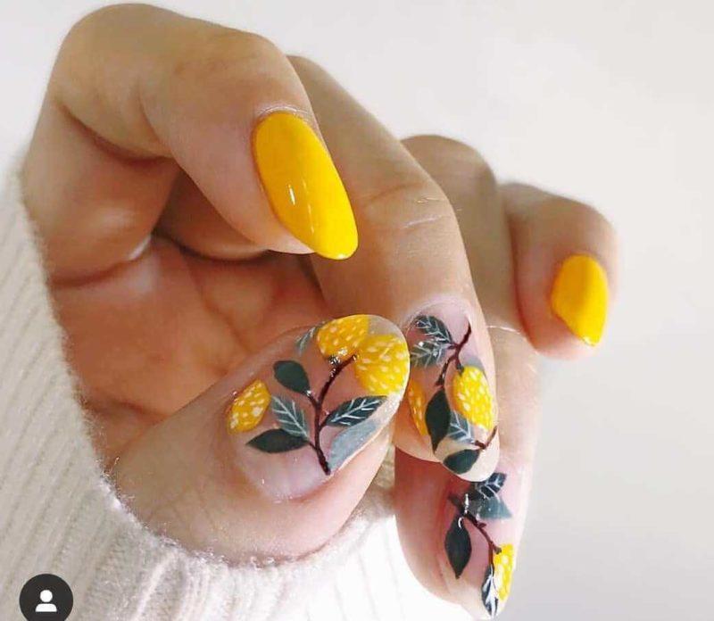 Ярко желтый маникюр с цветами