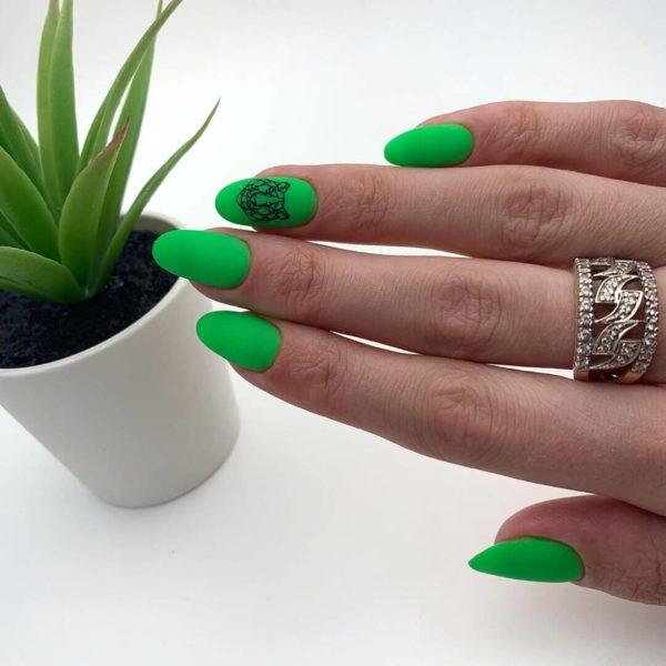 Яркий зеленый маникюр на длинные ногти