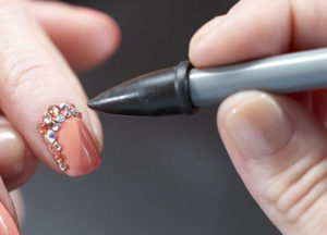 Запечатывание топом страз на ногтях