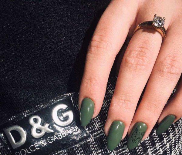 Зеленый маникюр с рисунком на длинные ногти