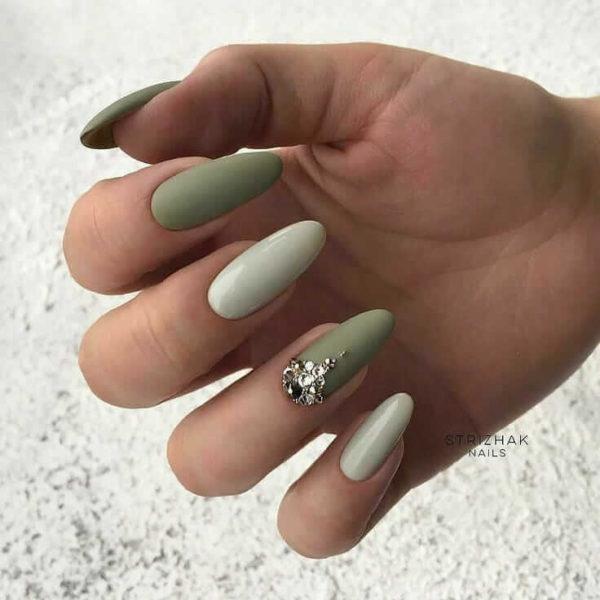 Зеленый маникюр со стразами на одном пальце