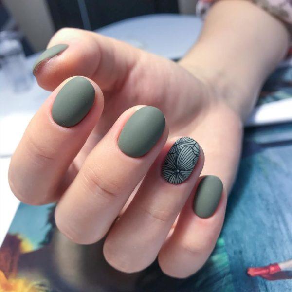 зеленый матовый маникюр с цветочным узором