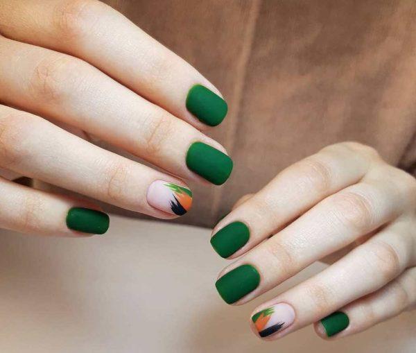 Зеленый матовый маникюр в стиле минимализм