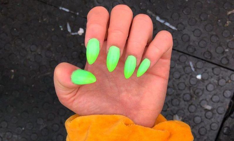 Зеленый неоновый маникюр