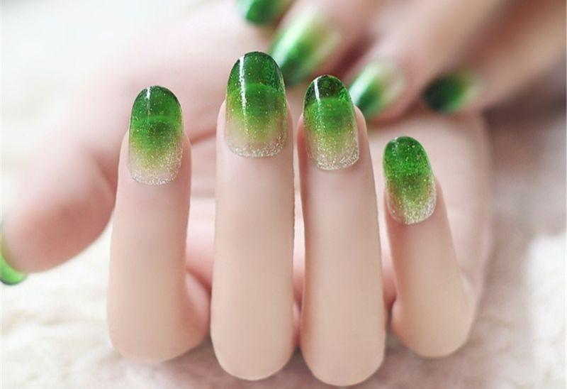 Зеленый маникюр на коротких ногтях