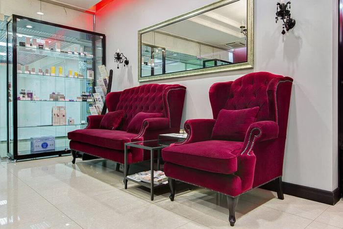 Зона ожидания с бордовыми креслами